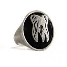 Anello in Argento ed Onice Ovale con Dente Old School  El Rana